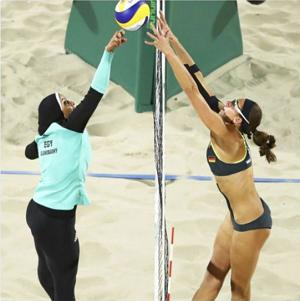 ビーチバレー ヒジャブ着用の女性