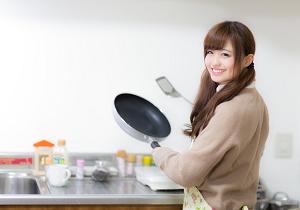 料理をする妻